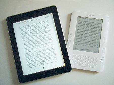 iPadはキンドル2よりひと回り大きい。