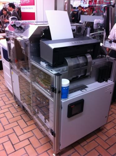 機械後端。上部にエプソンのインクジェットプリンタがある。