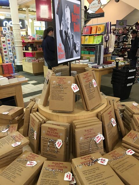 本を包んで中身をわからなくして売るフェア。日本でも同種の試みはとっくに行われている。