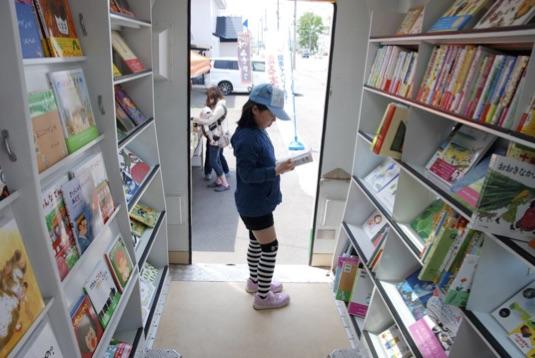 絵本・児童書のラインナップは当会の専門家によるセレクト。もちろん車内での立ち読みも大歓迎。外に持ち出してベンチで読むも良し。