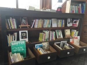 本棚の一部。雑誌、本の本、文学、エッセイ、色の本と幅広い品揃えだ。