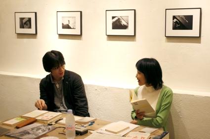 2009年6月20日、森岡書店にて堀江敏幸さんを招いた回の風景。撮影:山本寿人