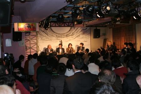 壇上向かって右から沢辺、橋本、仲俣、高島の各氏。会場は100人を超える観客で満員。