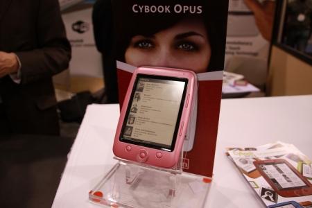 米国で開催された2010CESには、電子書籍端末が多数出展されていた(写真はCYBOOKS社のOpus)。