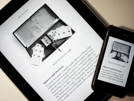 永原氏がデザイン/出版したキンドル用電子書籍『HERE AND THERE』をiPadとiPhoneで表示したところ。