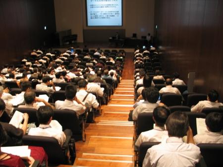 会場は来場者でほぼ満席。