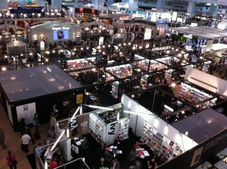 ロンドン・ブックフェア会場1階の出版社ブースを上から見下ろす。
