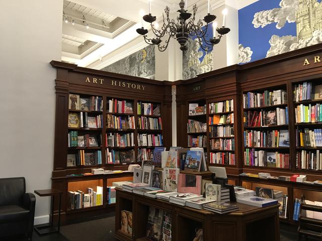 ニューヨークの名物書店だったリッツォーリも規模が縮小。
