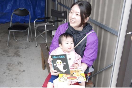 この日、赤ちゃんは初めて「赤ちゃん絵本」に触れた。