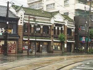 長崎次郎書店。1階の書店スペースは開店しているが2階のカフェ部分は地震の影響で休業中である。