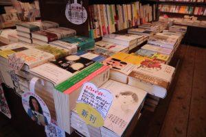 ブックスキューブリックの入り口にある平台最前列に置かれた、書肆侃侃房発行「たべるのがおそい」(最手前)。